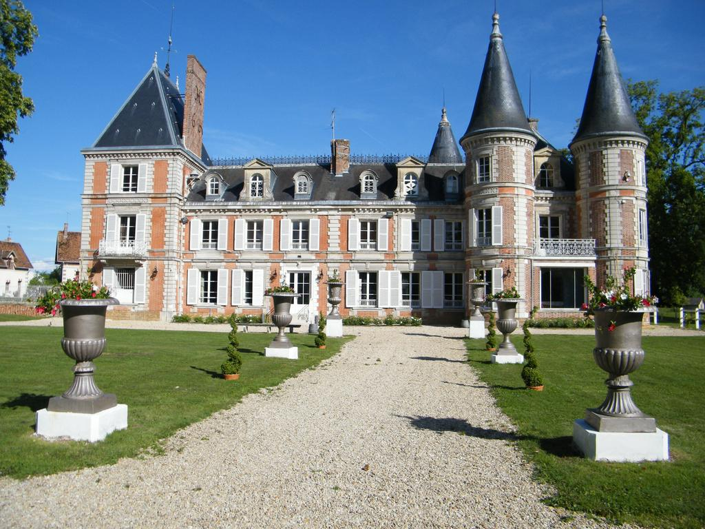 Beautiful castle dating from the early 19th century. 40km Paris.